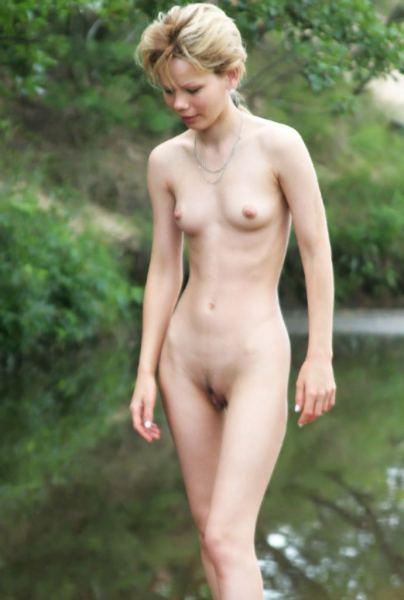 magere tiener op nudistencamping nudiste camping heeft de lekkerste